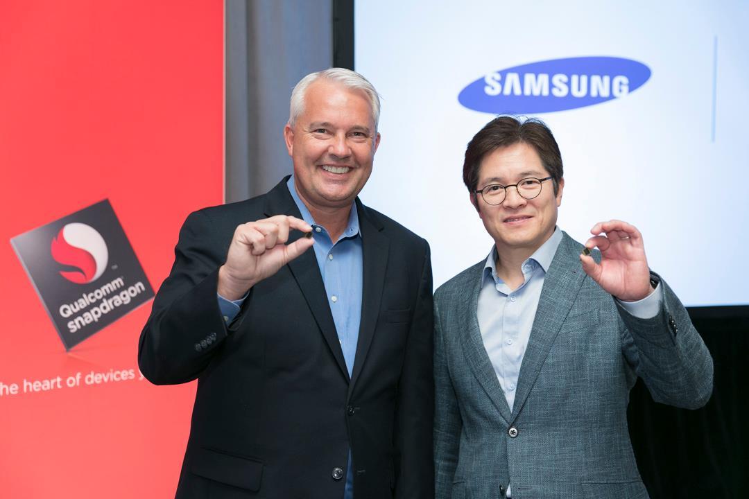 Keith Kressin (Qualcomm) y Ben Suh (Samsung), muestran el primer procesador móvil de 10 nanómetros, el Snapdragon 835, en la Qualcomm Snapdragon Technology Summit, Nueva York.