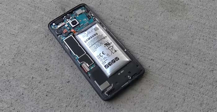 un hombre muerde una bateria